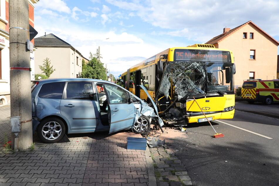 Bei dem Unfall wurden sieben Menschen verletzt, darunter die beiden Fahrer.