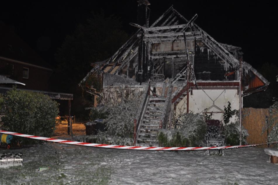 Feuer legt Wohnhaus in Schutt und Asche