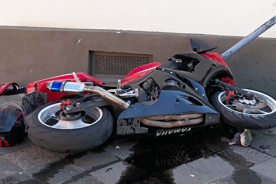 Der 28-jährige Biker prallte mit seiner Maschine gegen ein Verkehrsschild und eine Hauswand, er wurde schwer verletzt.