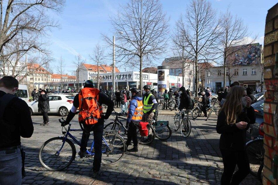 Auf Fahrrädern fuhren die Gegendemonstranten aus Leipzig-Connewitz los.