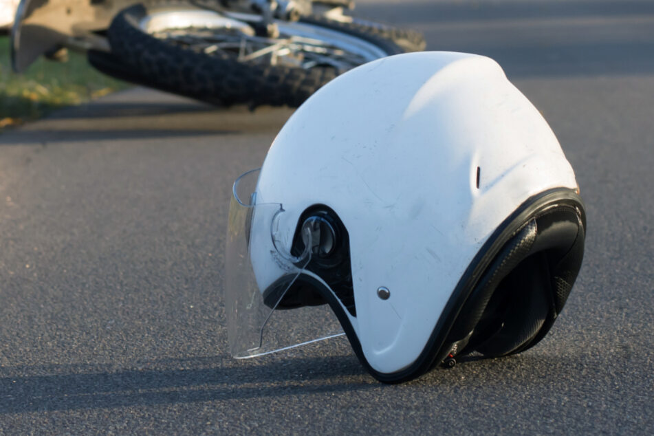 Tödlicher Unfall: Biker wird gegen mehrere Verkehrsschilder geschleudert