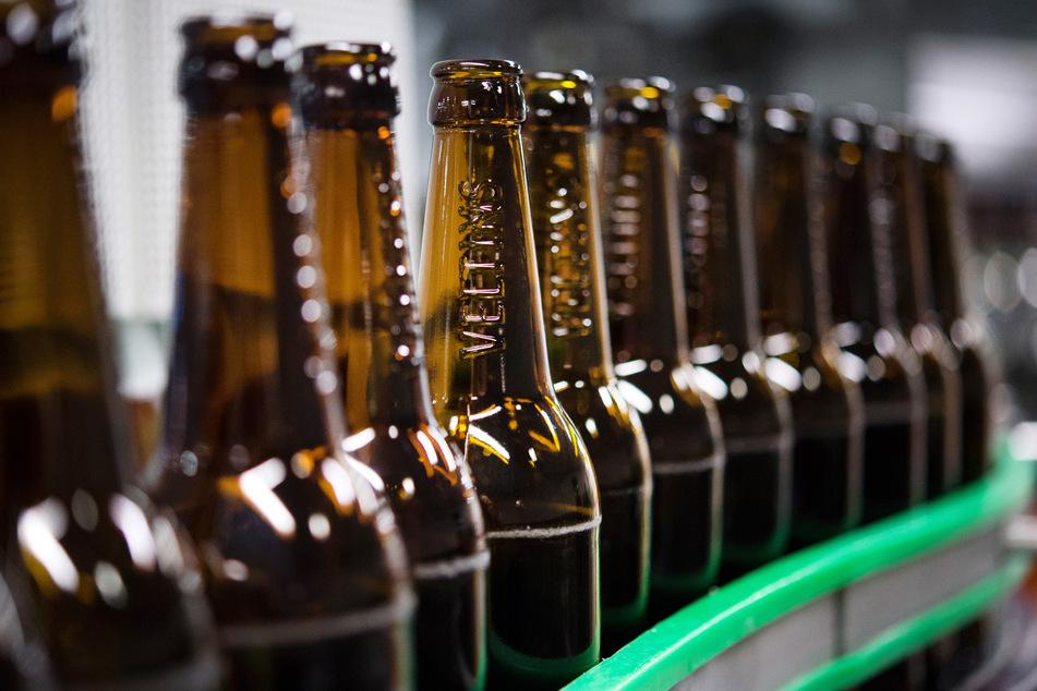 Gewaschene Bierflaschen laufen durch die Produktion der Veltins-Brauerei über die Förderbänder einer Befüllungsanlage.