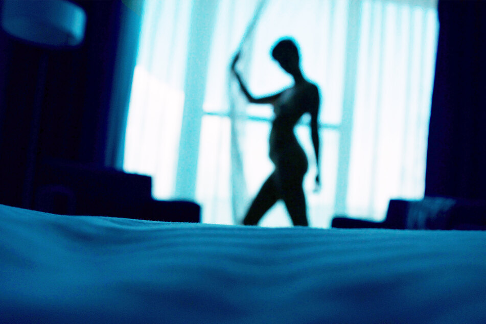 Eine Frau macht ihrem Mann Lust auf mehr, indem sie sich vor dem Fenster entkleidete. (Symbolbild)