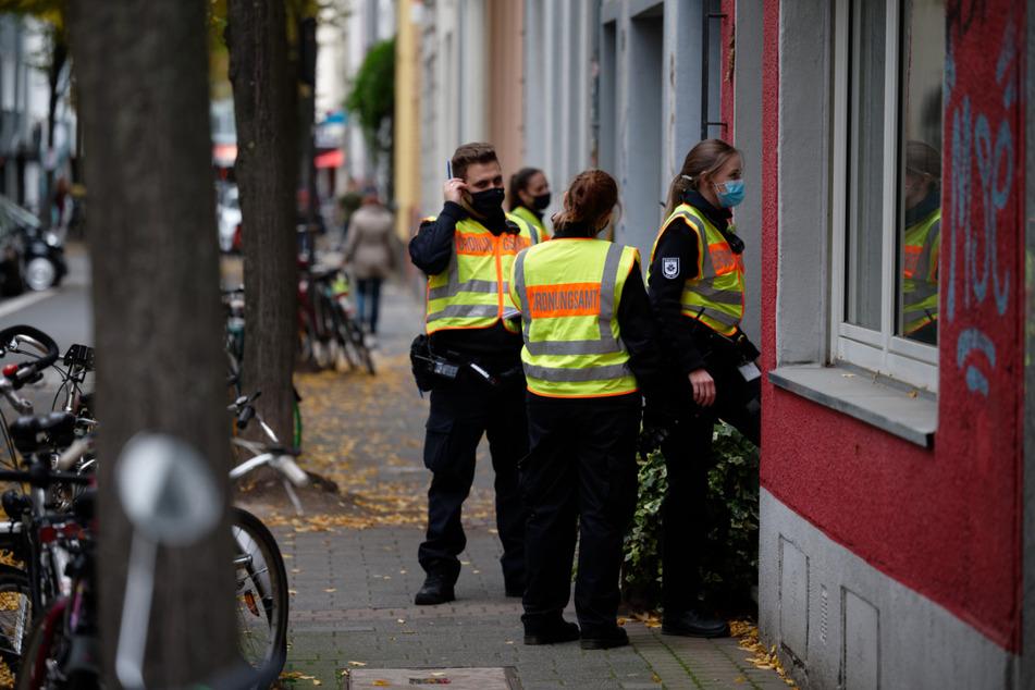 Mitarbeiter des Ordnungsamtes kontrollieren in Köln-Ehrenfeld Haus für Haus, ob die Anwohner die Gebäude verlassen haben.