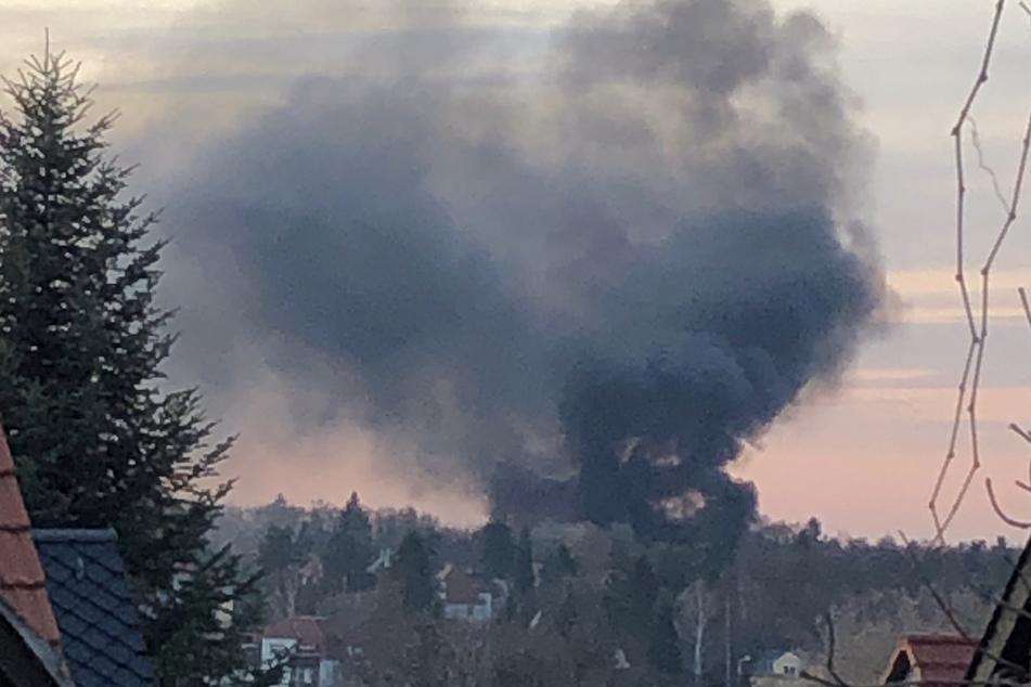 Riesen Rauchsäule über Dresden: Feuer in Bühlauer Siedlung!