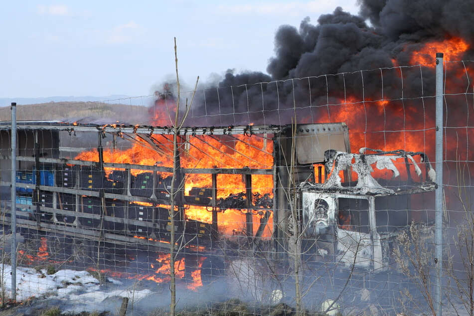 Unfall A17: Feuer auf A17: Lkw in Brand geraten, beide Fahrtrichtungen gesperrt
