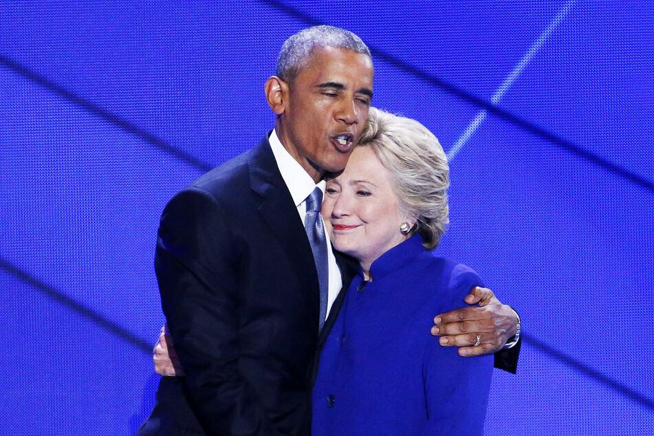 Barack Obama (59, l.) hält Hillary Clinton (72) im Arm (Archivbild).