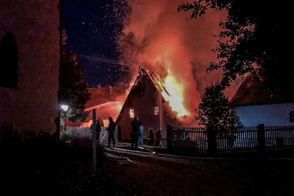 Wohnhaus steht in der Nacht in Flammen