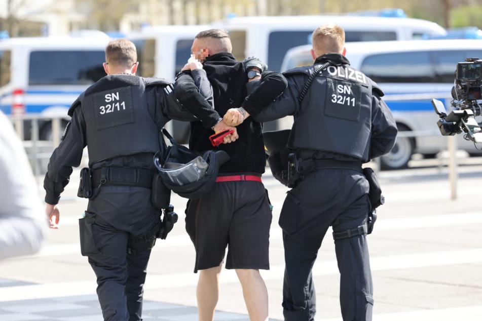 Die Polizei ging bei der Attacke des Demonstranten dazwischen.