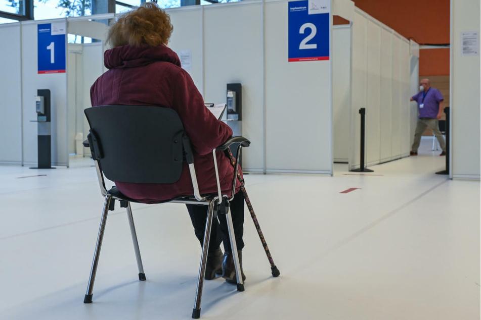 Eine ältere Frau wartet auf ihre Schutzimpfung gegen Covid-19 im Impfzentrum Eberswalde. Wegen der Lieferverzögerung bei Corona-Impfpräparaten bleiben fünf von elf Impfzentren in Brandenburg für kurze Zeit geschlossen.