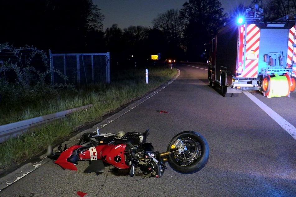 Bei einem Unfall an der A46 ist ein Motorradfahrer (57) am Freitagabend gestürzt und tödlich verletzt worden.