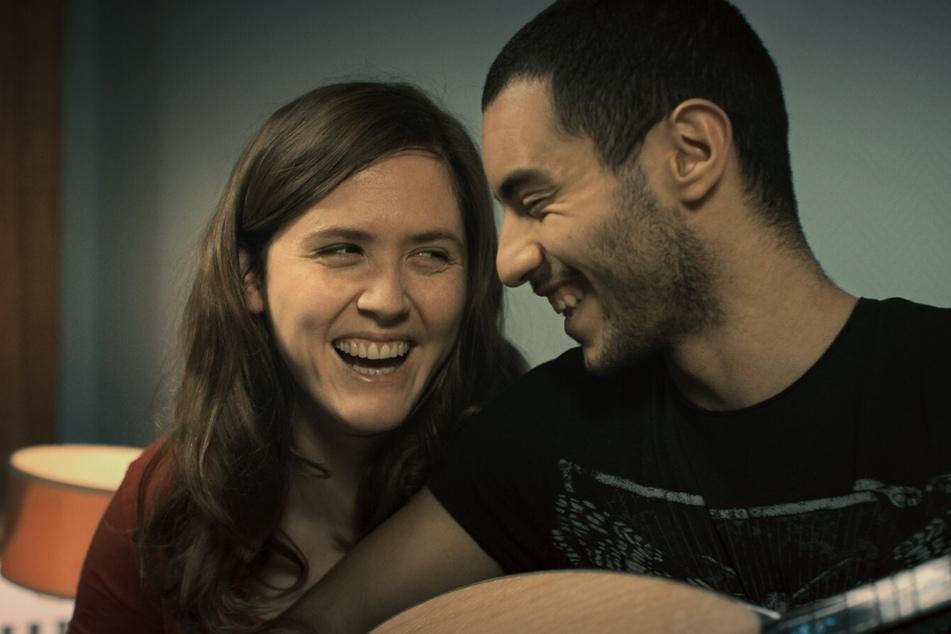Karim (Mehdi Meskar) und Lilly (Emily Cox) freuen sich als werdende Eltern auf ihre Zukunft.