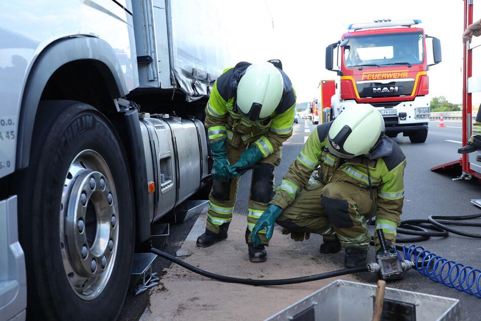 Feuerwehrleute aus Übigau bereiten die Bergung der auslaufenden Betriebsflüssigkeit vor.