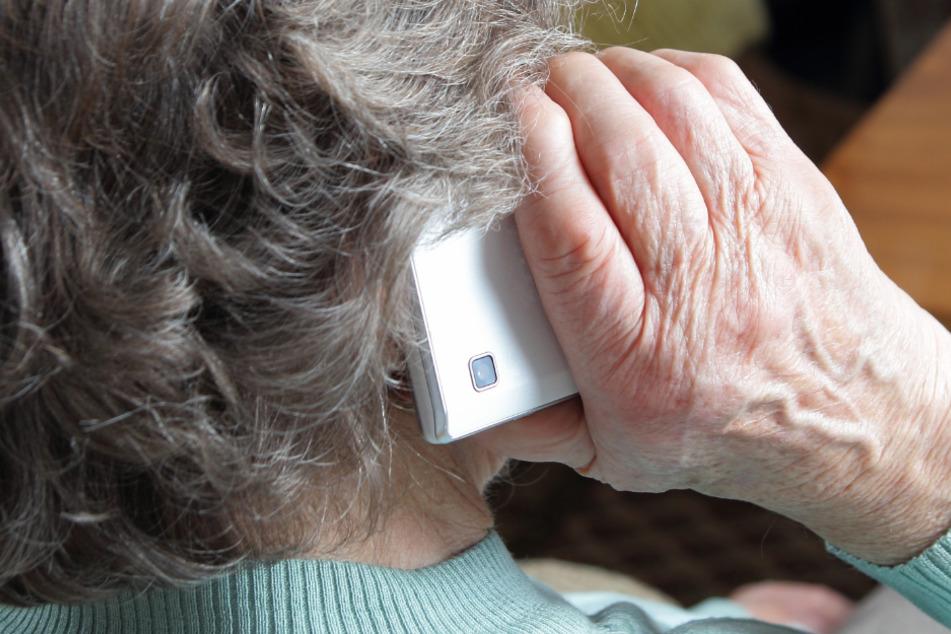 Seit Mitte September hatten die Täter eine Rentnerin aus dem Raum Deggendorf fast täglich angerufen und unter Druck gesetzt. (Symbolbild)