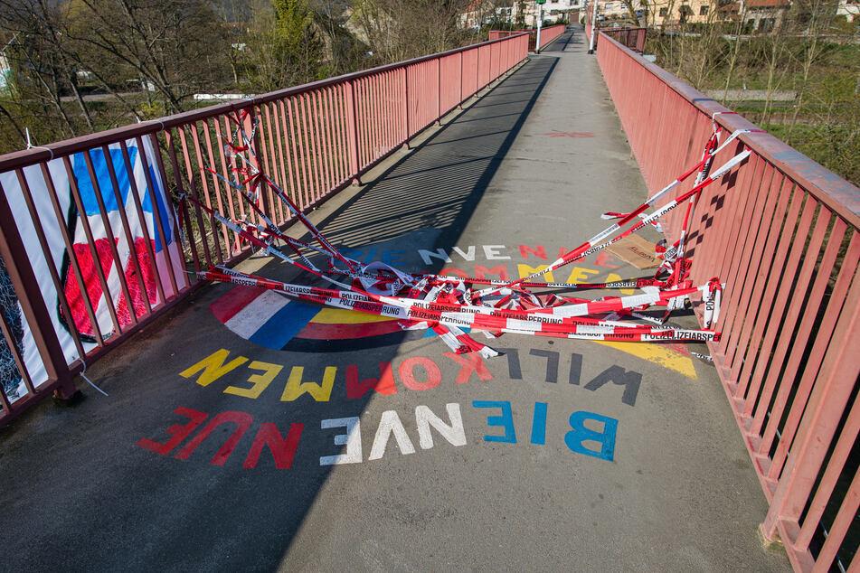 """Absperrband der Polizei liegt auf der """"Freundschaftsbrücke"""", die das saarländische Kleinblittersdorf mit dem französischen Grosbliederstroff verbindet, am Boden."""