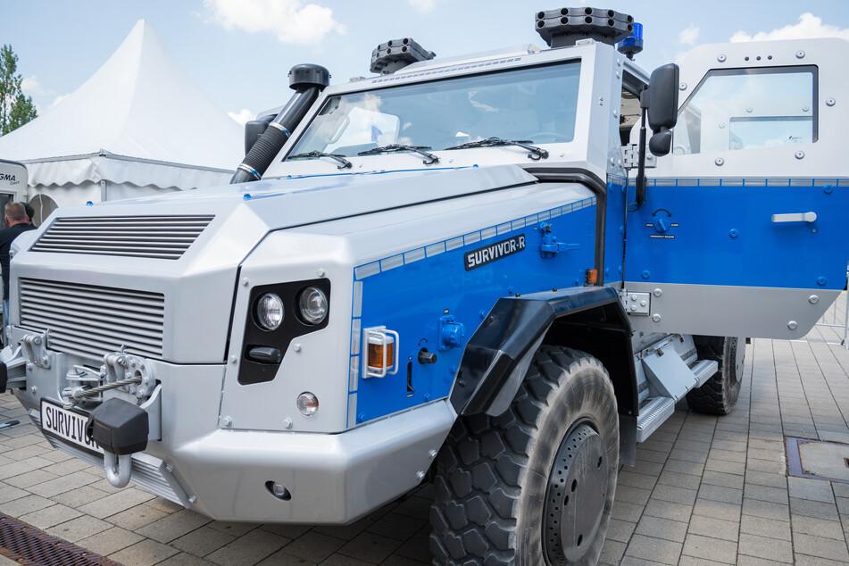 Mit einem Panzerwagen schritten die Beamten zur Tat. (Symbolbild)