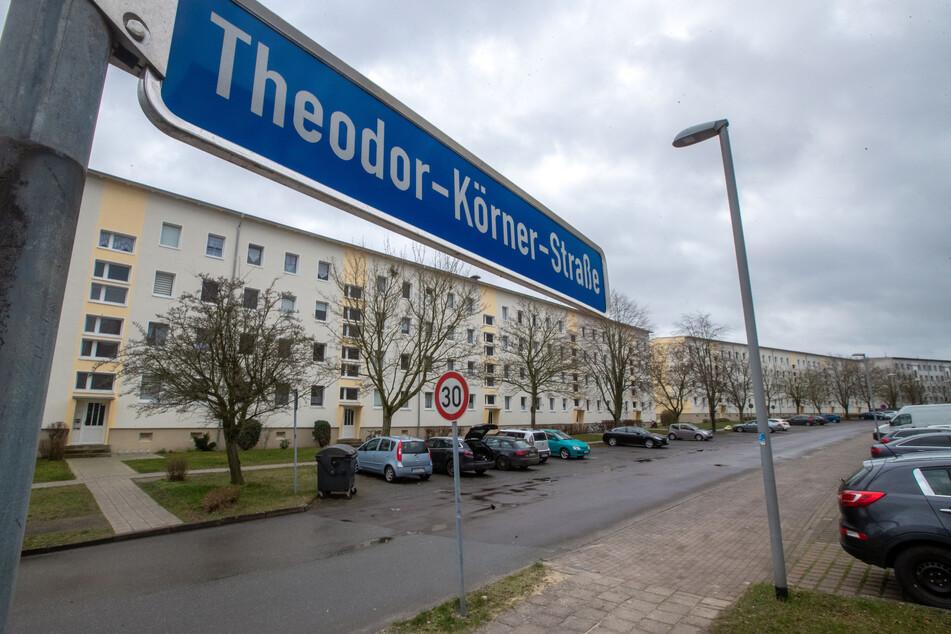 Die Theodor-Körner-Straße in Boizenburg an der Elbe. Bei einem Polizeieinsatz ist hier ein Polizist angeschossen und ein Toter in der Wohnung des Schützen gefunden worden.