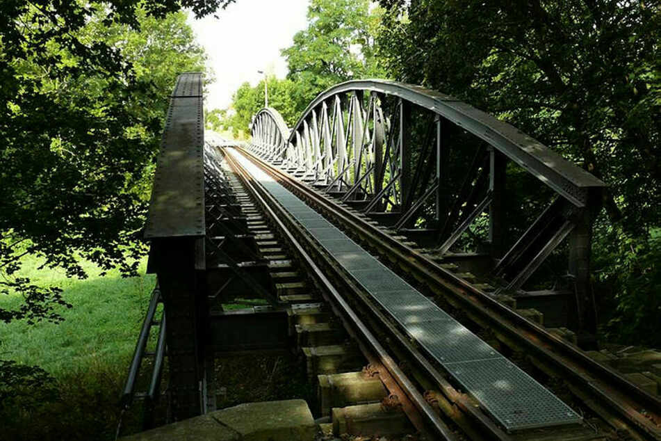 Unter dieser Brücke der Torgauer Hafenbahn wurde am Sonntag Feuer gelegt.