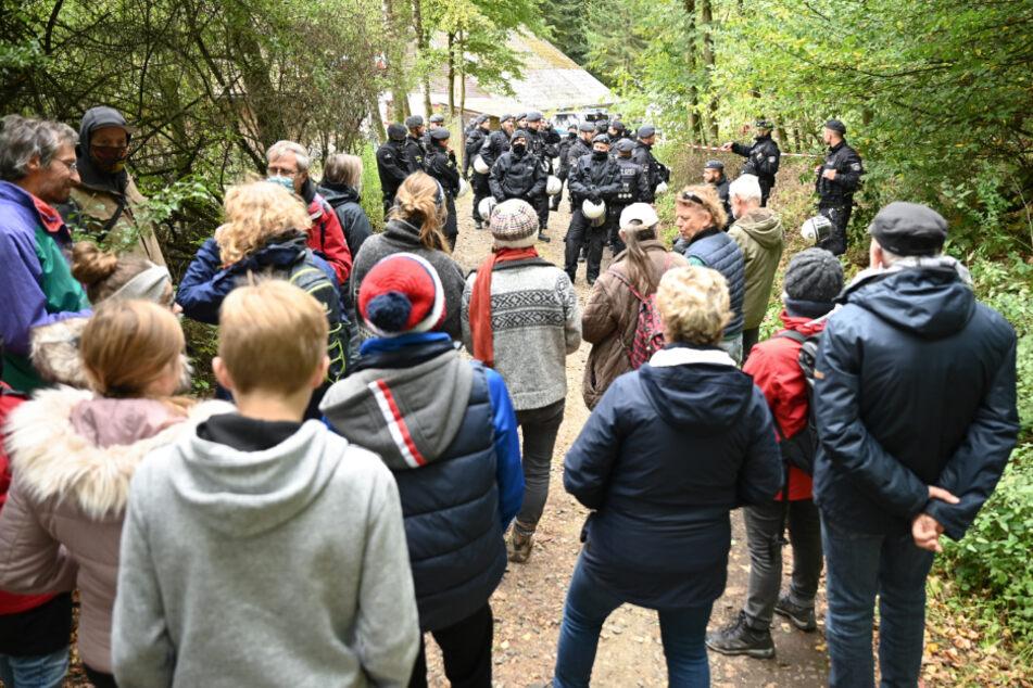 Hunderte Menschen demonstrieren am Dannenröder Forst gegen Rodungen