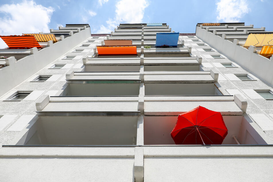 Grünau: Mieterin sperrt sich aus, Mann klettert auf Balkon und stürzt in die Tiefe