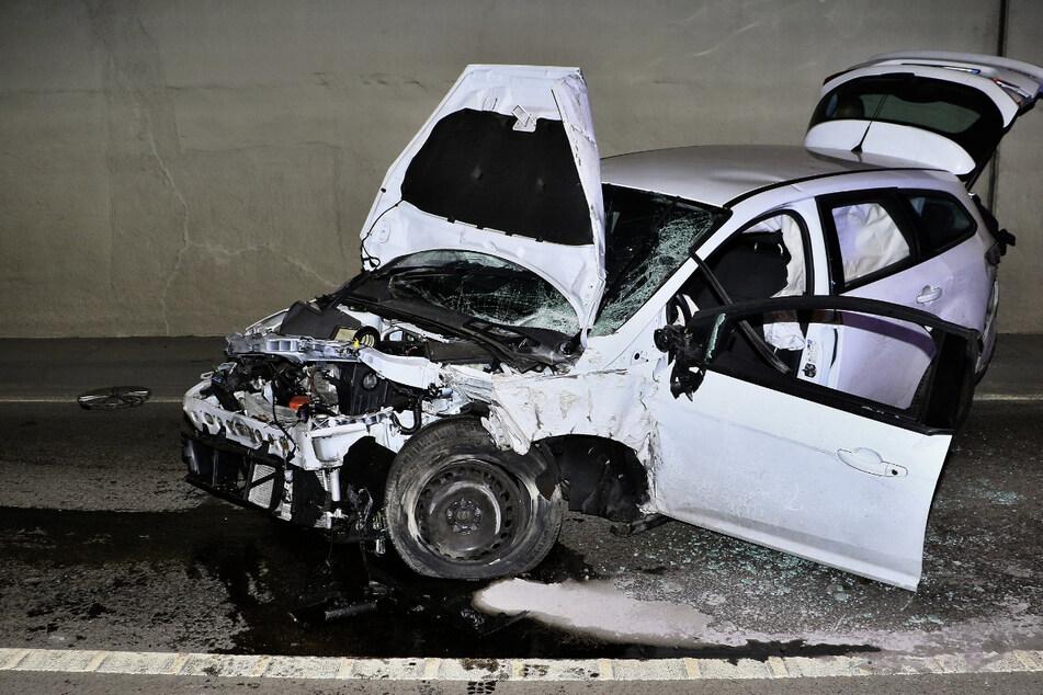 Autofahrer schwebt nach heftigem Tunnel-Unfall in Stuttgart in Lebensgefahr