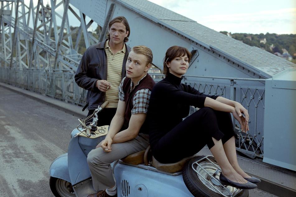Die Hauptdarsteller des Films (v.l.): Ronald Zehrfeld (44), Max Riemelt (37) und Jessica Schwarz (43) auf dem Blauen Wunder.