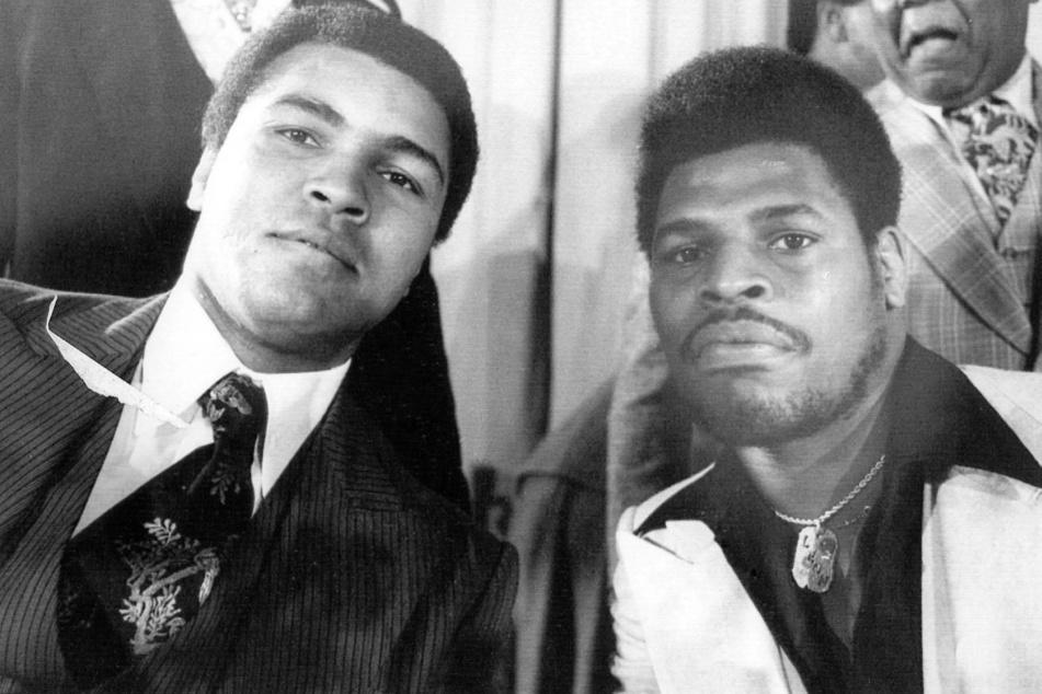 Leon Spinks (†67, r.) neben Muhammad Ali (†74).