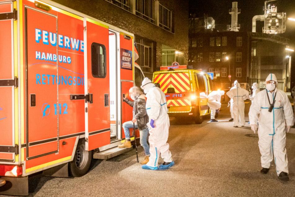 Der infizierte Obdachlose steigt in einen Rettungswagen.