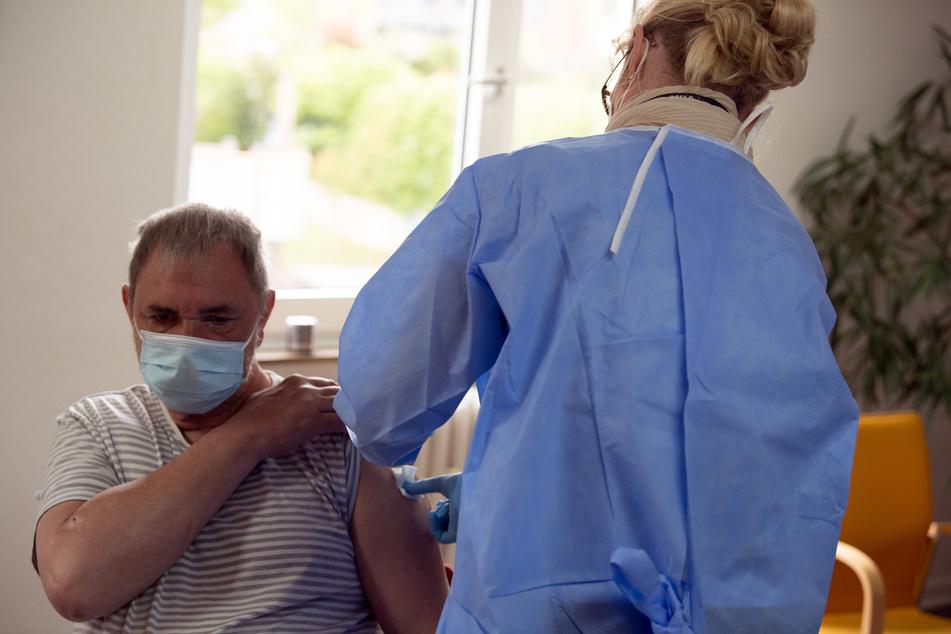 Amelie Fromen, Impfärztin des Düsseldorfer Impfzentrums, impft den Wohnungslosen Wolfgang Weber (59) mit dem Impfstoff von Johnson & Johnson.