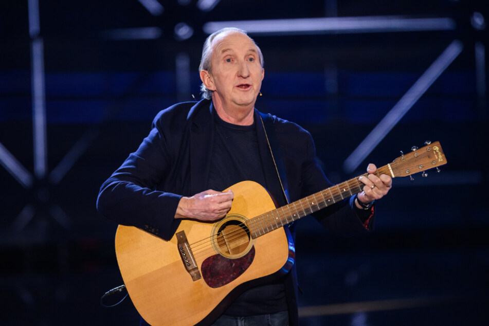 "Mike Krüger (68) singt bei einem Auftritt den berühmten ""Nippel""-Song. (Archivbild)"