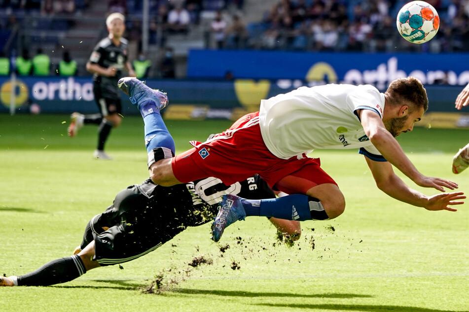 HSV-Neuzugang Mario Vuskovic (19, r.) legte ein unglückliches Startelf-Debüt hin. In der 20. Minute verschuldete er den Strafstoß zum 0:1.