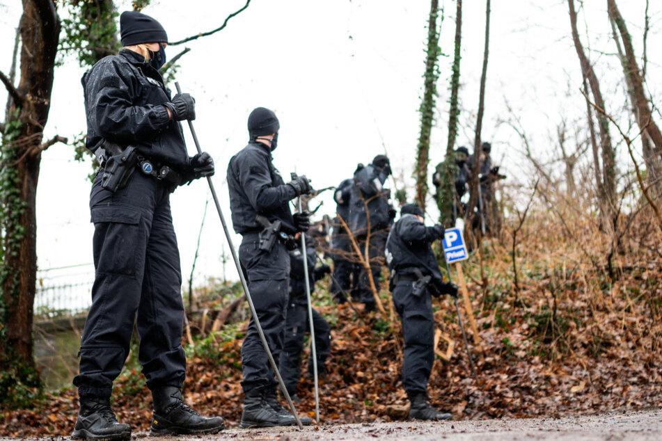 Nach dem Leichenfund suchten Polizisten die Umgebung nach Spuren und der Tatwaffe ab.