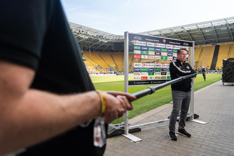 Dynamos Trainer Markus Kauczinski gibt nach dem Spiel dem Bezahlsender Sky ein Interview unter Einhaltung eines Mindestabstandes.
