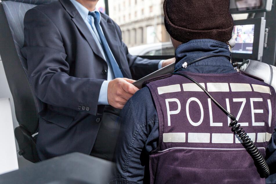 Busfahrer wird mit Handy am Steuer erwischt: Seine Ausrede vor Gericht ist haarsträubend
