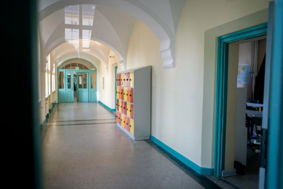 Leere Flure sind im Berliner Stadtteil Friedenau in einer Schule zu sehen. (Archivbild)
