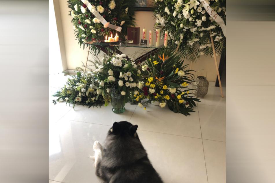 Viele Blumen erinnern an den Verstorbenen.