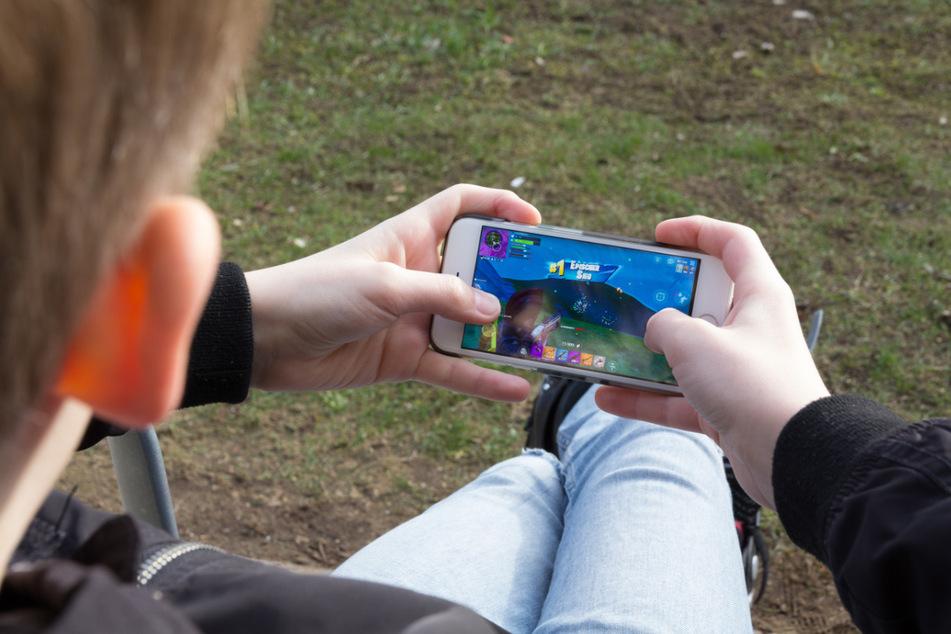 Kinder und Jugendliche haben während des Corona-Lockdowns einer Studie zufolge 75 Prozent mehr Zeit mit digitalen Spielen verbracht.