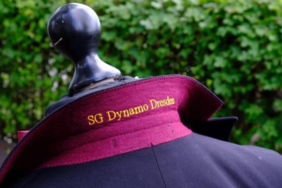 Unterm Kragen eingestickt: SG Dynamo Dresden.