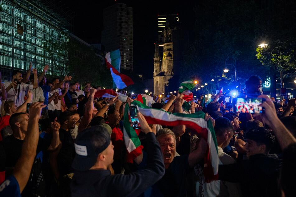 Fans von Italien feiern am Ku'damm. Italien gewann das Finale im Elfmeterschießen mit 3:2 und ist Fußball-Europameister.