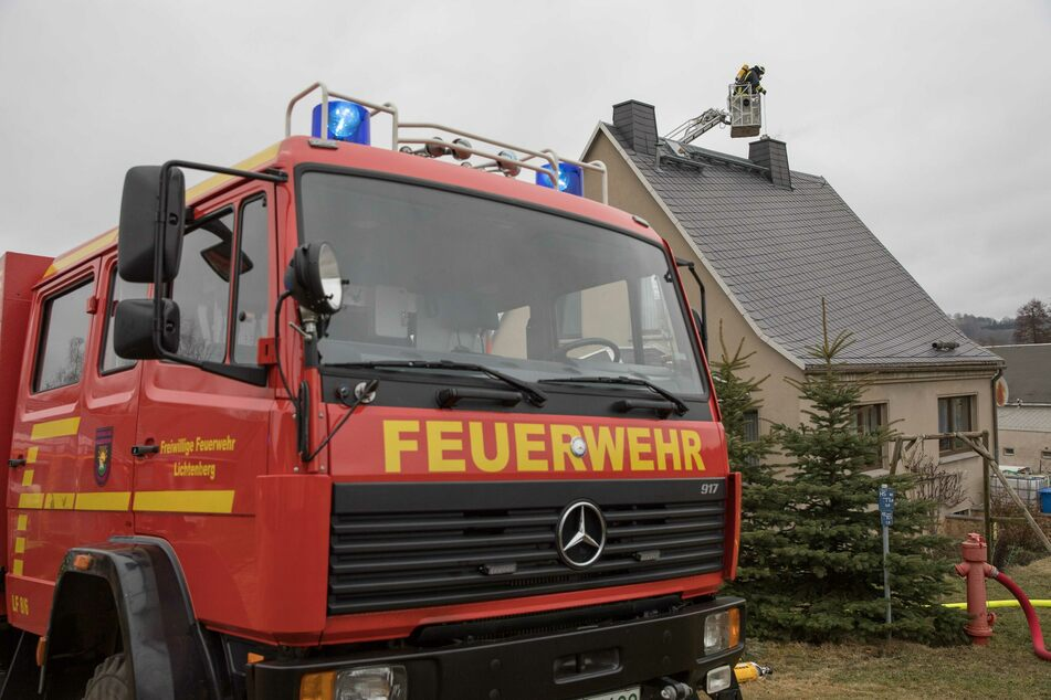 Flammen schlagen aus Schornstein von Einfamilienhaus