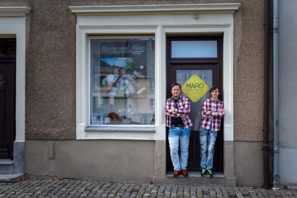 Die Hutzen-Musiker vor ihrem Studio am Markt in Schlettau.