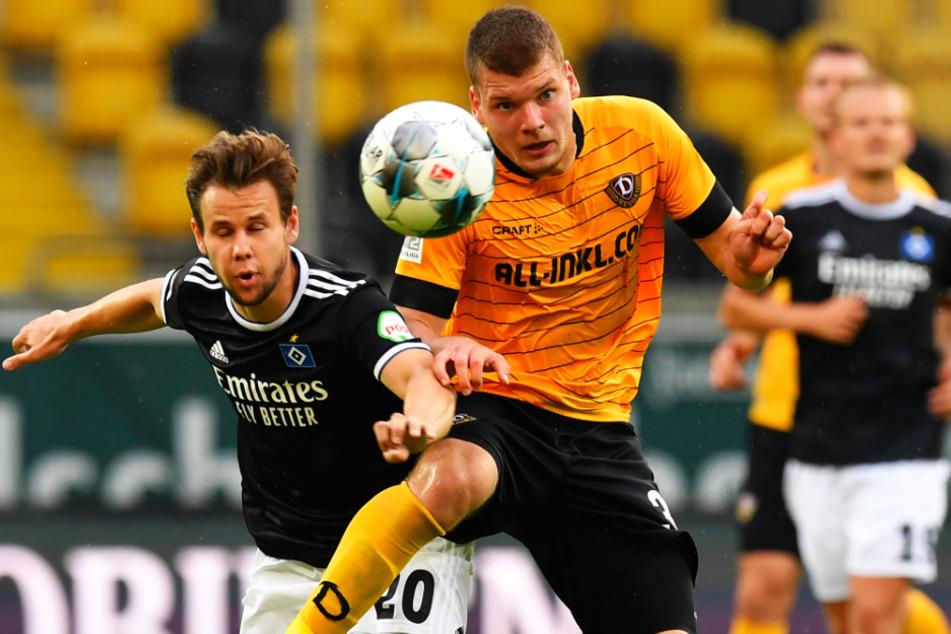 Kevin Ehlers (r., hier gegen den Hamburger Louis Schaub) zählt zu Dynamos größten Abwehrtalenten.
