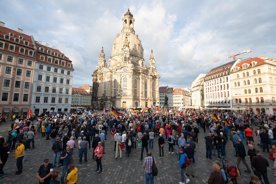 Die Teilnehmer der Pegida-Demo am Dresdner Neumarkt.