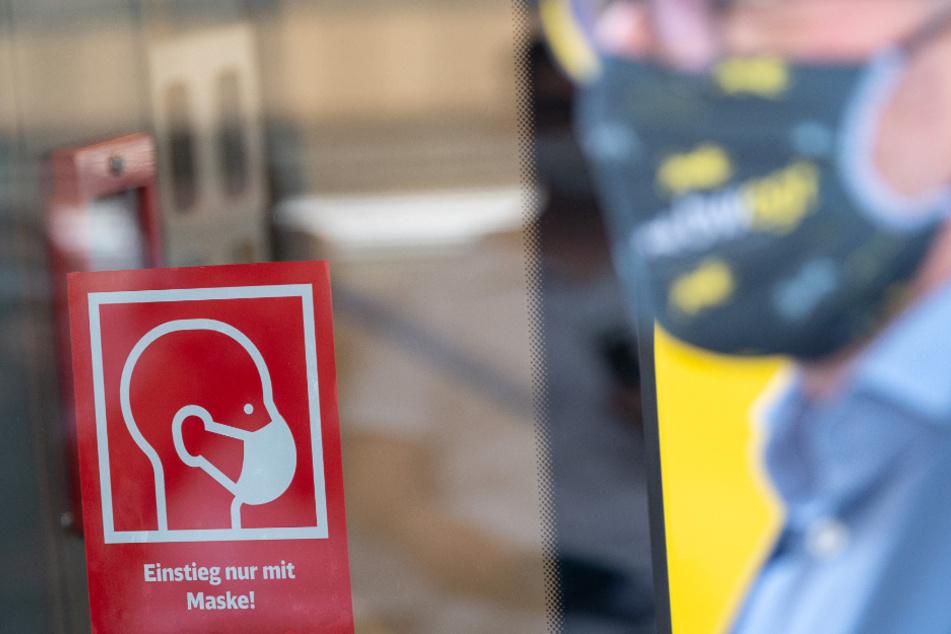Wer im öffentlichen Nahverkehr keine Maske trägt, soll in Bremen ein Bußgeld zahlen. (Symbolbild)