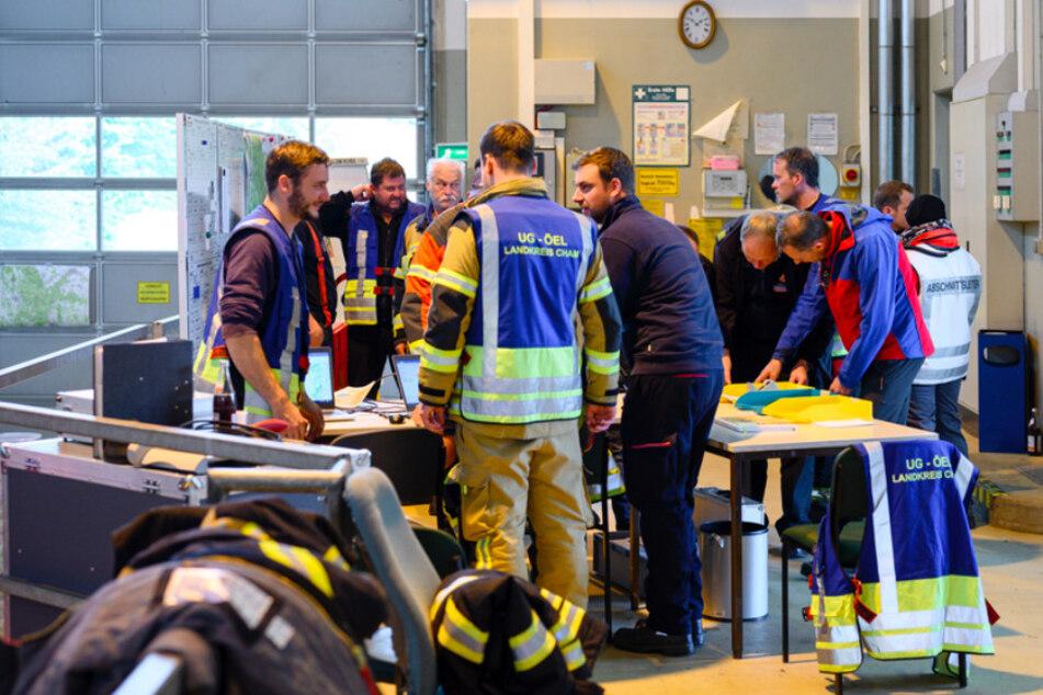 Das Einsatzteam in der Einsatzzentrale der Rettungsaktion im Grenzgebietes Fürth im Wald.