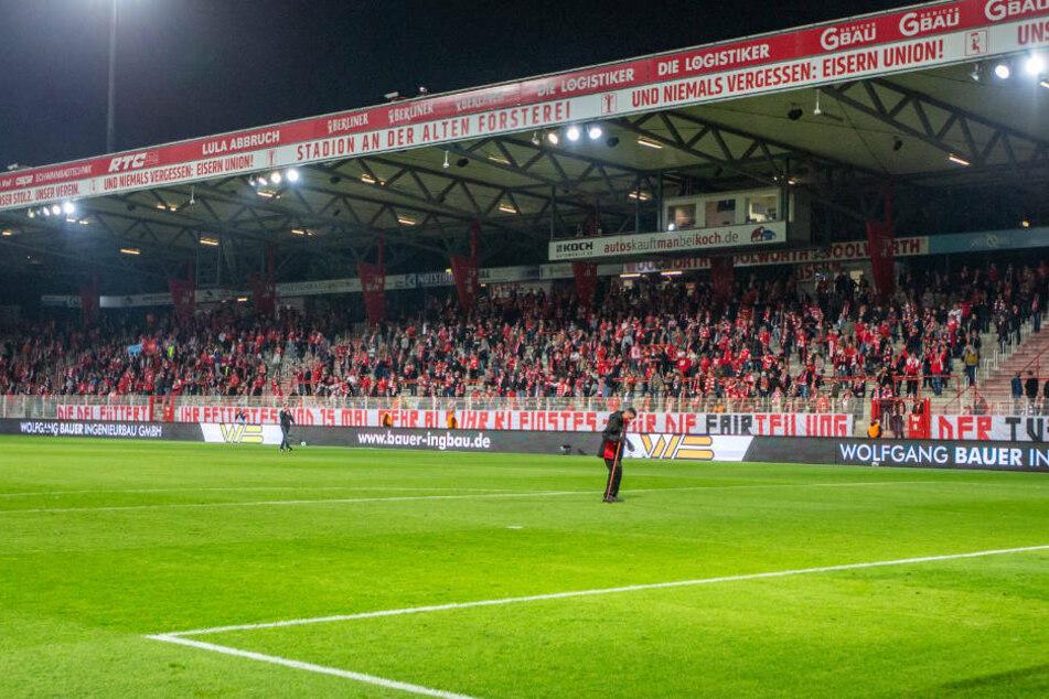 Beim Heimspiel gegen den 1. FSV Mainz 05 waren 5000 Personen im Stadion An der Alten Försterei zugelassen. Trotz steigender Corona-Zahlen in Berlin will der 1. FC Union Berlin auch im anstehenden Freundschaftsspiel gegen Hannover 96 die zulässige Höchstzahl ausschöpfen und erntet dafür heftige Kritik.