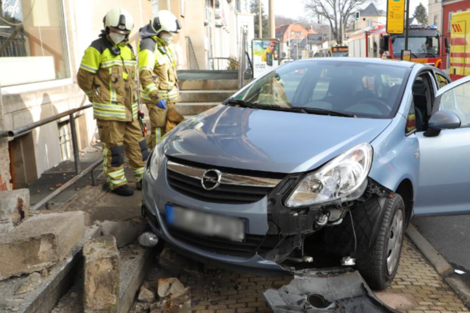 Unfall in Klotzsche: Opel-Fahrer rauscht über Gehweg und kracht in Bäckerei-Eingang