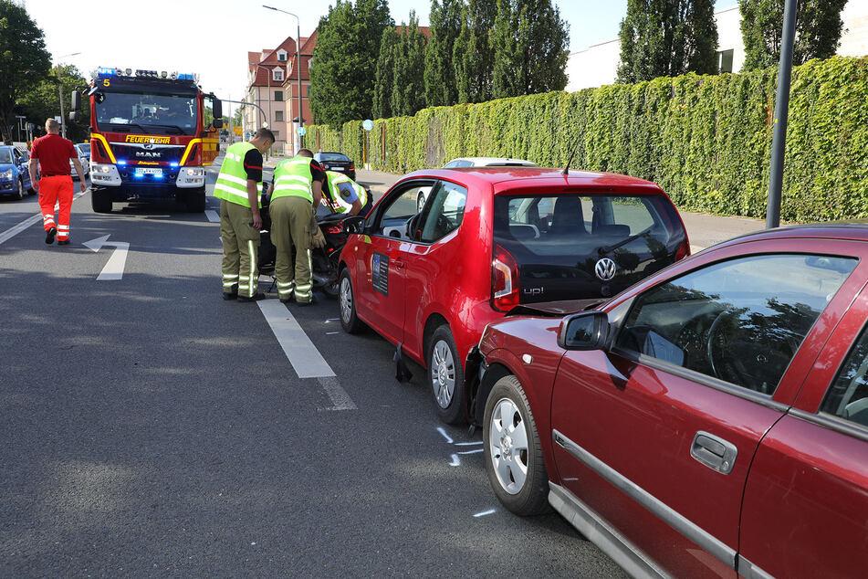 Der weinrote Opel Astra krachte aus bislang nicht geklärter Ursache auf den VW Up.