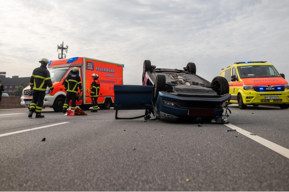 Der VW Polo liegt nach dem Unfall auf dem Dach.