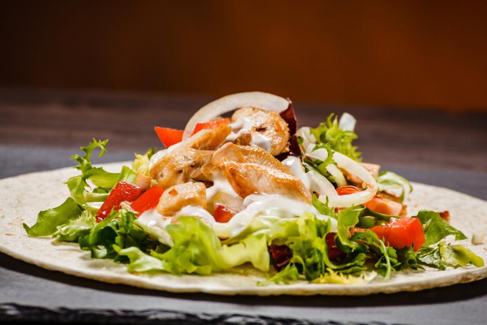 Sommerlichen Gyros-Salat gefällig? Et voila!